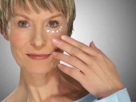 Peptitler, kaslara gönderdikleri sinyalleri azaltarak  kırışıklıkların oluşmasına neden olur  ve uzun vadede  cildin kolajen üretimini artırır. Bu nedenle, botoks etkisine sahip olan Argireline'li peptit içeren ürünler kullanın.